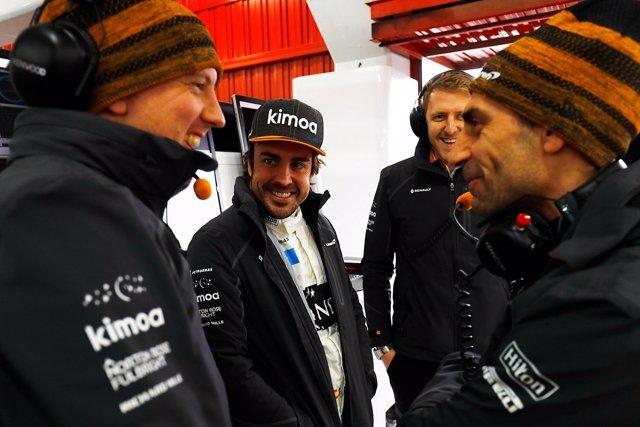 Fernando Alonso (McLaren) con sus ingenieros