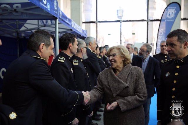 La alcaldesa de Madrid, Manuela Carmena, con los bomberos