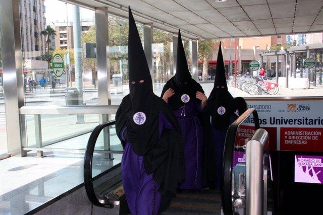 Penitente en las instalaciones del metro de Sevilla durante la Semana Santa.