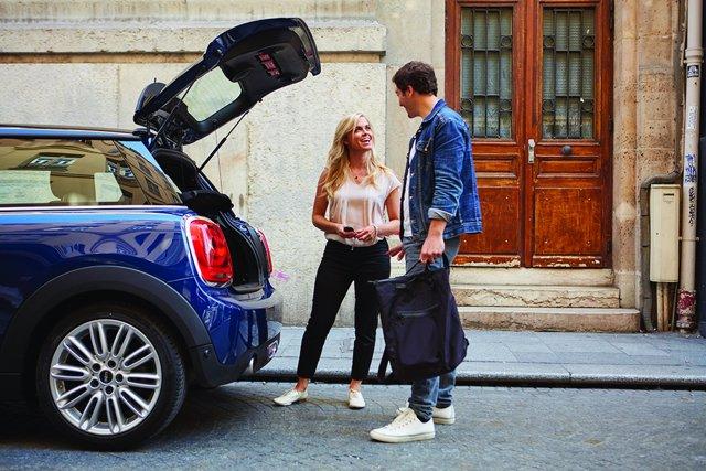Imagen de dos personas compartiendo coche