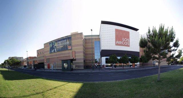Fachada exterior del centro comercial Los Arcos en Sevilla