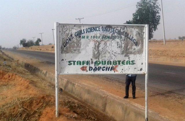 Letrero de la escuela de Dapchi donde Boko Haram secuestró a 110 niñas