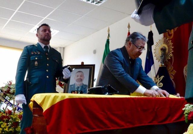 Zoido, colocando las imposiciones de la Guardia Civil al cabo muerto en Guillena