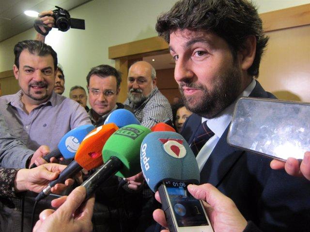 El presidente de la Comunidad, Fernando López Miras, atiende a los medios