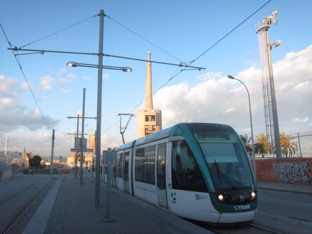 Tranvía del Trambesòs en la estación de Sant Adrià, Barcelona