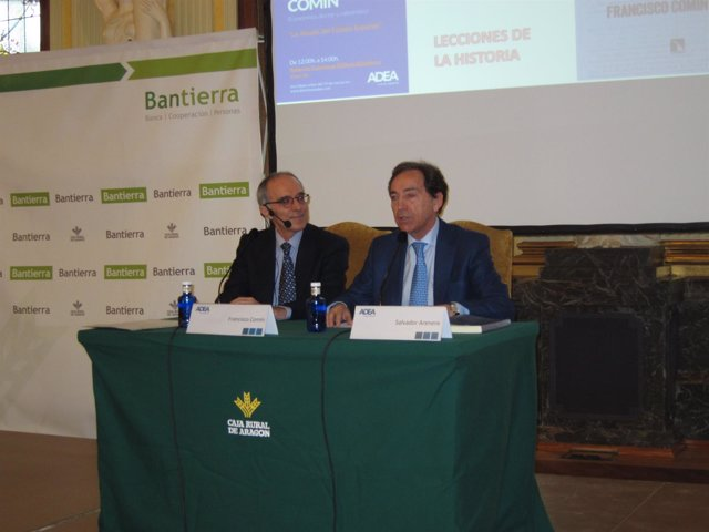 El responsable de ADEA, Salvador Arenere, junto al economista Francisco Comin