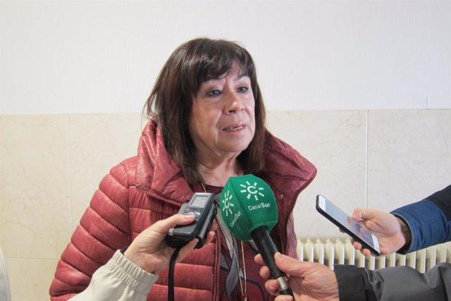 La presidenta del PSOE, Cristina Narbona, atiende a los periodistas.