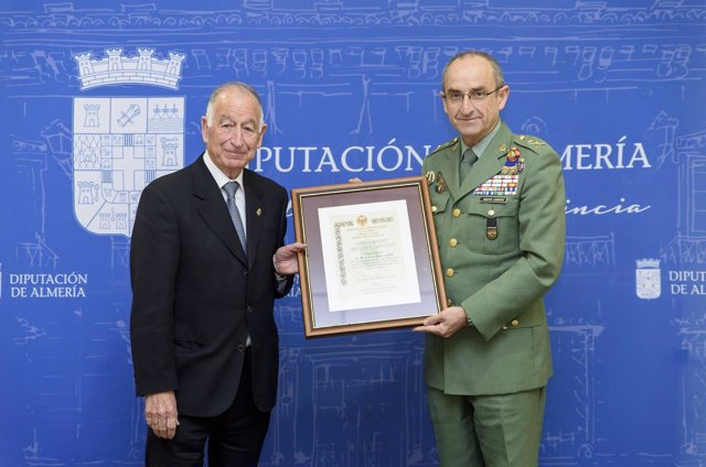 Las Fuerzas Armadas reconocen a Gabriel Amat su apoyo al Ejército y la Legión.