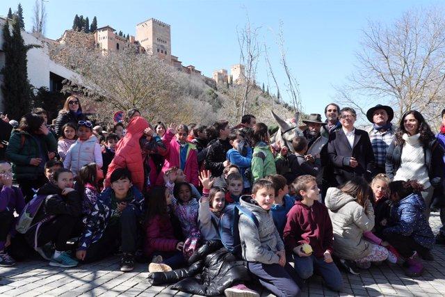 Reynaldo Fernández y escolares en un paseo a la Fuente del Avellano