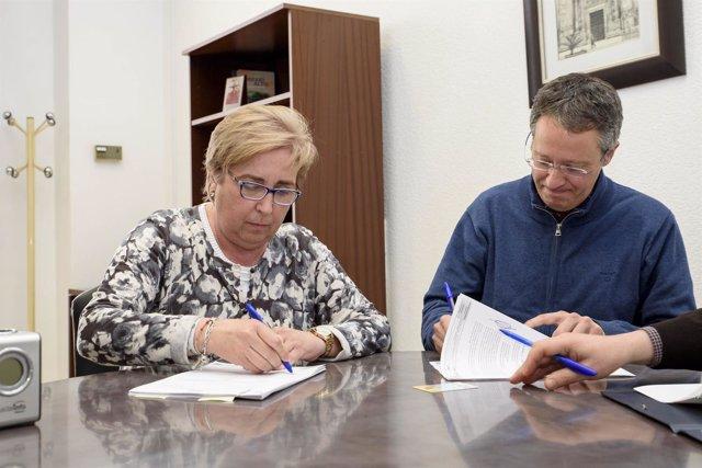 La diputada Isabel Belmonte en la firma del convenio con Quirón Prevención.