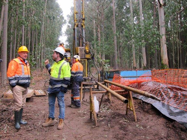 Alberto Lavandeira, a la izquierda, en un sondeo para reactivar la mina de Touro