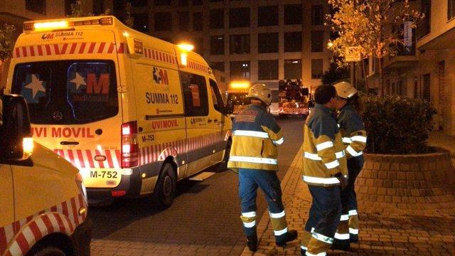 Sanitarios del Summa en el lugar del incendio en el que han muerto dos menores