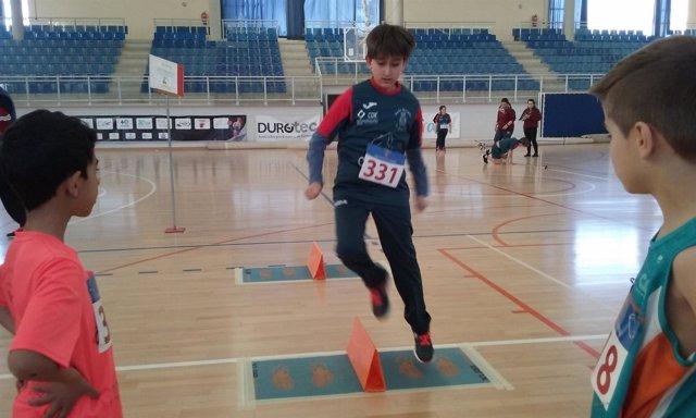 Un centenar de jóvenes han participado en los Talleres 'Jugando al atletismo'.