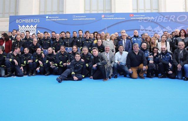 Bomberos con la alcaldesa de Madrid y representantes de grupos municipales