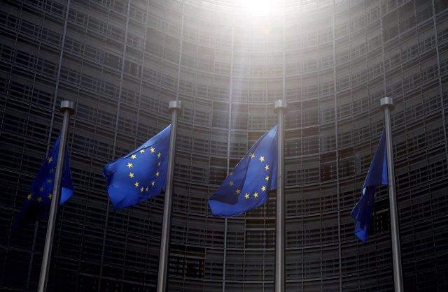 Banderas de la UE en la sede de la Comisión Europea en Bruselas