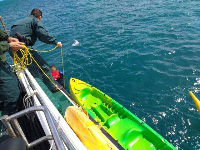 Rescate de tres tripulantes de kakay en la costa de tarragona