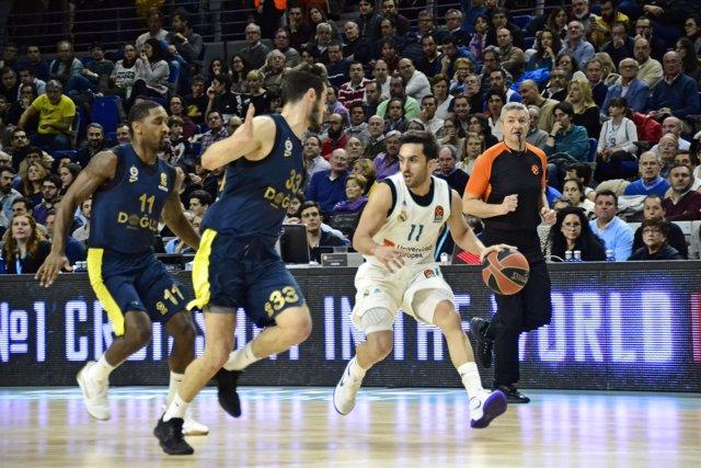 Facundo Campazzo (Real Madrid Basket) arrebata el balón al Fenerbahce