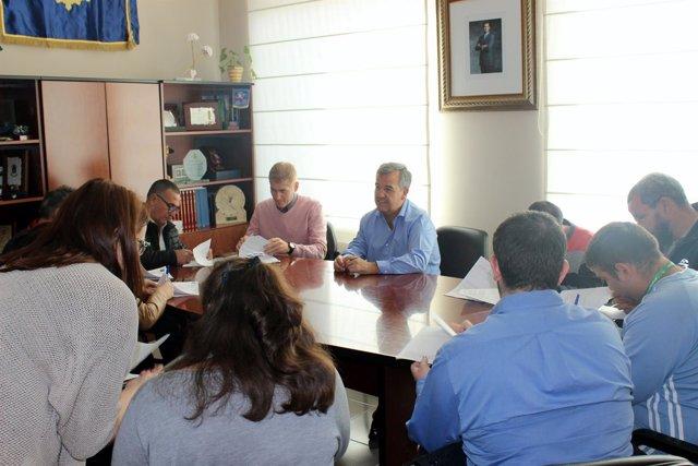 El alcalde de Estepona en una reunión