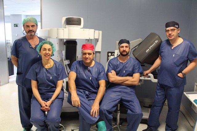 Doctores que manejan el robot