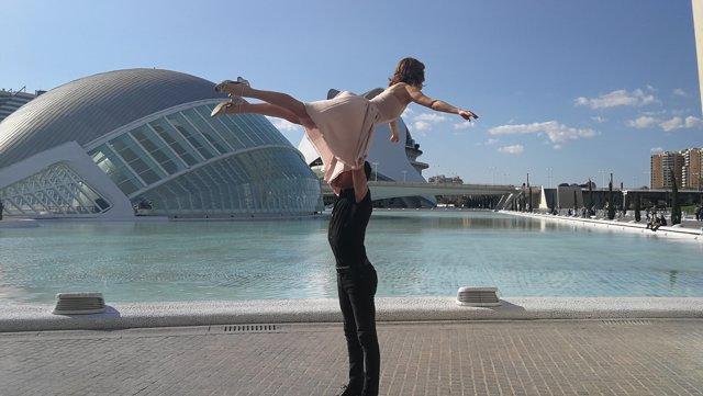 Los actores de 'Dirty Dancing'  recrean el salto de la película