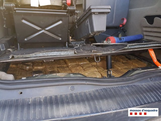 Hachís encontrado por los Mossos en el maletero de un coche