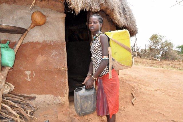Dawele, de 14 años, camina ocho horas para recoger agua en Etiopía
