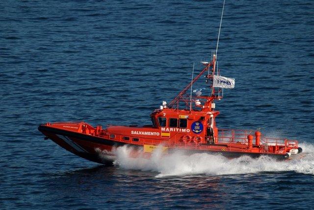La Salvamar Arcturus trabaja en el rescate de una embarcación de juguete