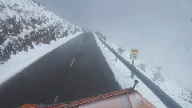 Un quitanieves trabaja en una carretera de La Rioja