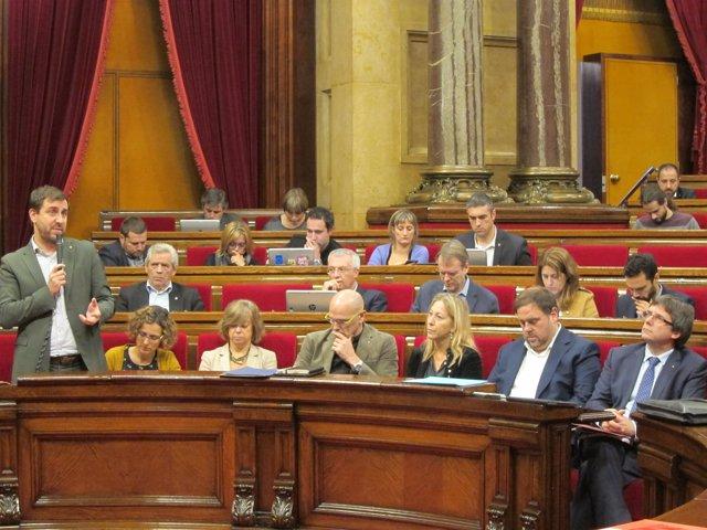 El conseller de Salud, Toni Comín, en el pleno del Parlament