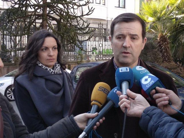 Gumersindo Rodríguez atiende a los medios de comunicación.