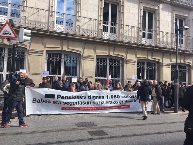 Concentración de pensionistas ante el Parlamento Vasco