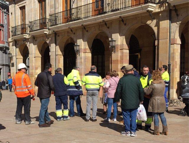 Protesta ante el Ayuntamiento por el cierre de La Belonga