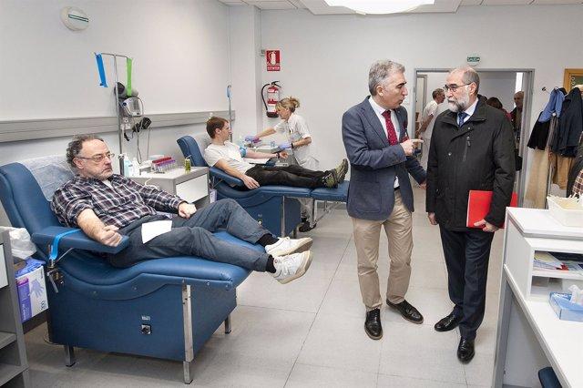 Fernando Domínguez en su visita al Banco de Sangre de Navarra