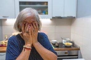 Las mujeres tienen más probabilidad que los hombres a sufrir ansiedad o depresión (GETTY IMAGES/ISTOCKPHOTO / LJUBAPHOTO - Archivo)