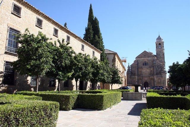 Plaza Vázquez de Molina de Úbeda con la Sacra Cápilla del Salvador al fondo.