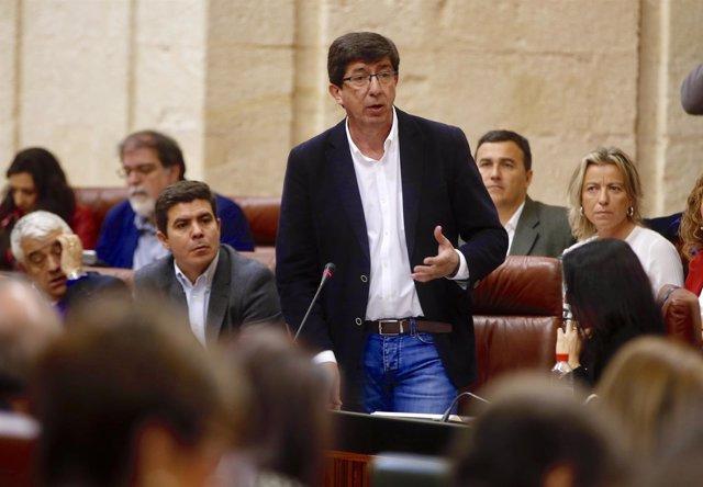 Juan Marín, este jueves, durante el debate con Susana Díaz en el pleno