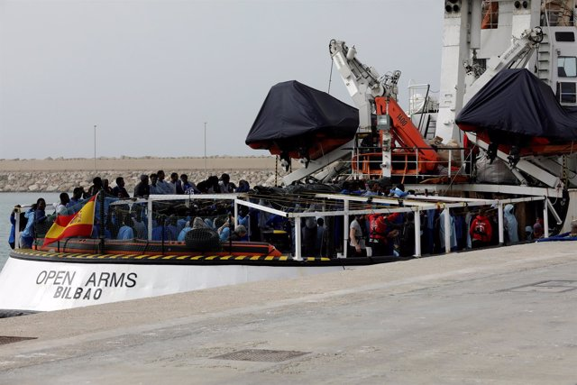 Migrantes esperan para desembarcar del barco de Proactiva Open Arms