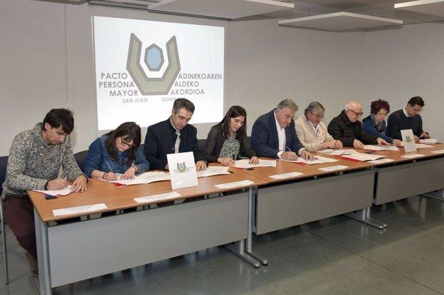 Representantes de las entidades en la firma del pacto