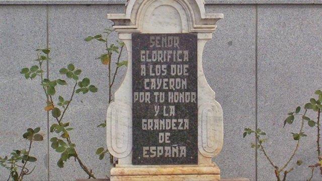 Placa de la Cruz de los Caídos de Dos Torres (Córdoba) donde se hizo el homenaje
