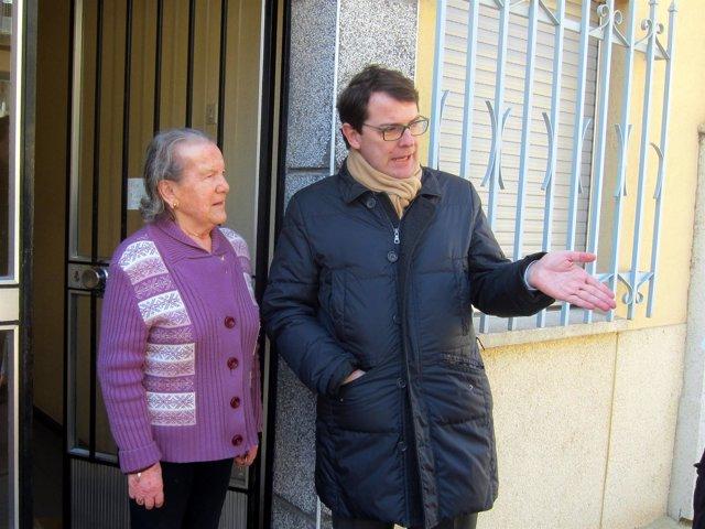 Fernández Mañueco habla con una vecina. 22-03-18