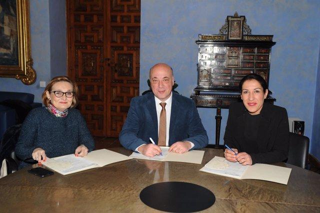 Ruiz y Ayuso (izda.) firman el convenio