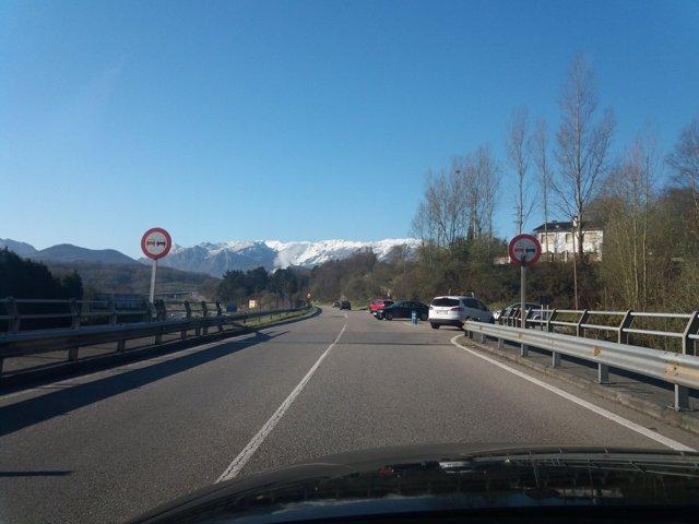 Cruce Centro Médico Oviedo, carreteras asturianas, tráfico, vehículos