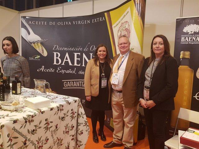 Carrillo (izda.) en la 'World Olive Oil Exhibition'