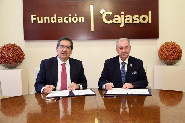 Antonio Pulido y Antonio González firman un convenio de colaboración.