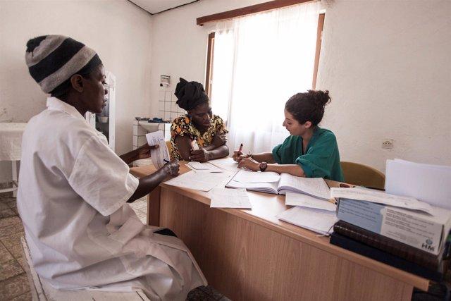 La médico del Vall d'Hebron Eva Gil atiende a pacientes en un hospital de Angola