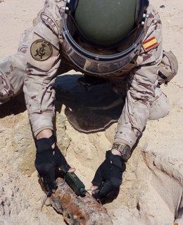 Afectivos de la Armada neutralizando un explosivo
