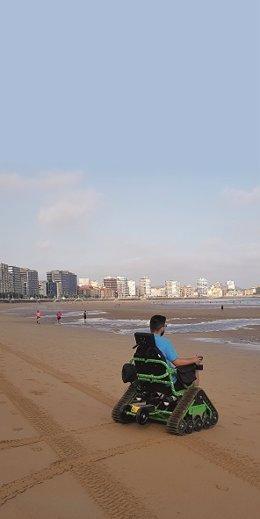 Silla 'todoterreno' en la playa de San Lorenzo (Gión)
