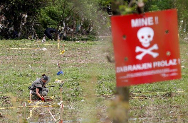Un efectivo del Ejército bosnio en un campo de minas