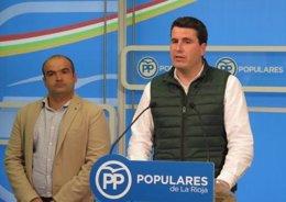 El alcalde de Viguera- a la izquierda- junto al coordinador del PP, Diego Bengoa