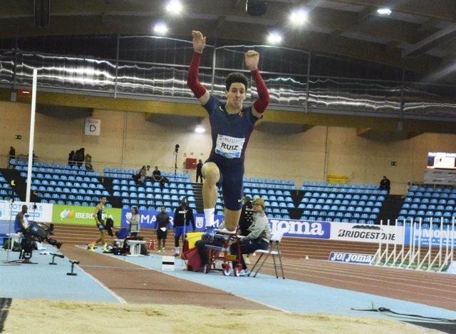 El atleta español de triple salto Marcos Ruiz durante un ejercicio